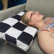 Durmiendo sobre la almohada viscoelastica modular de U2