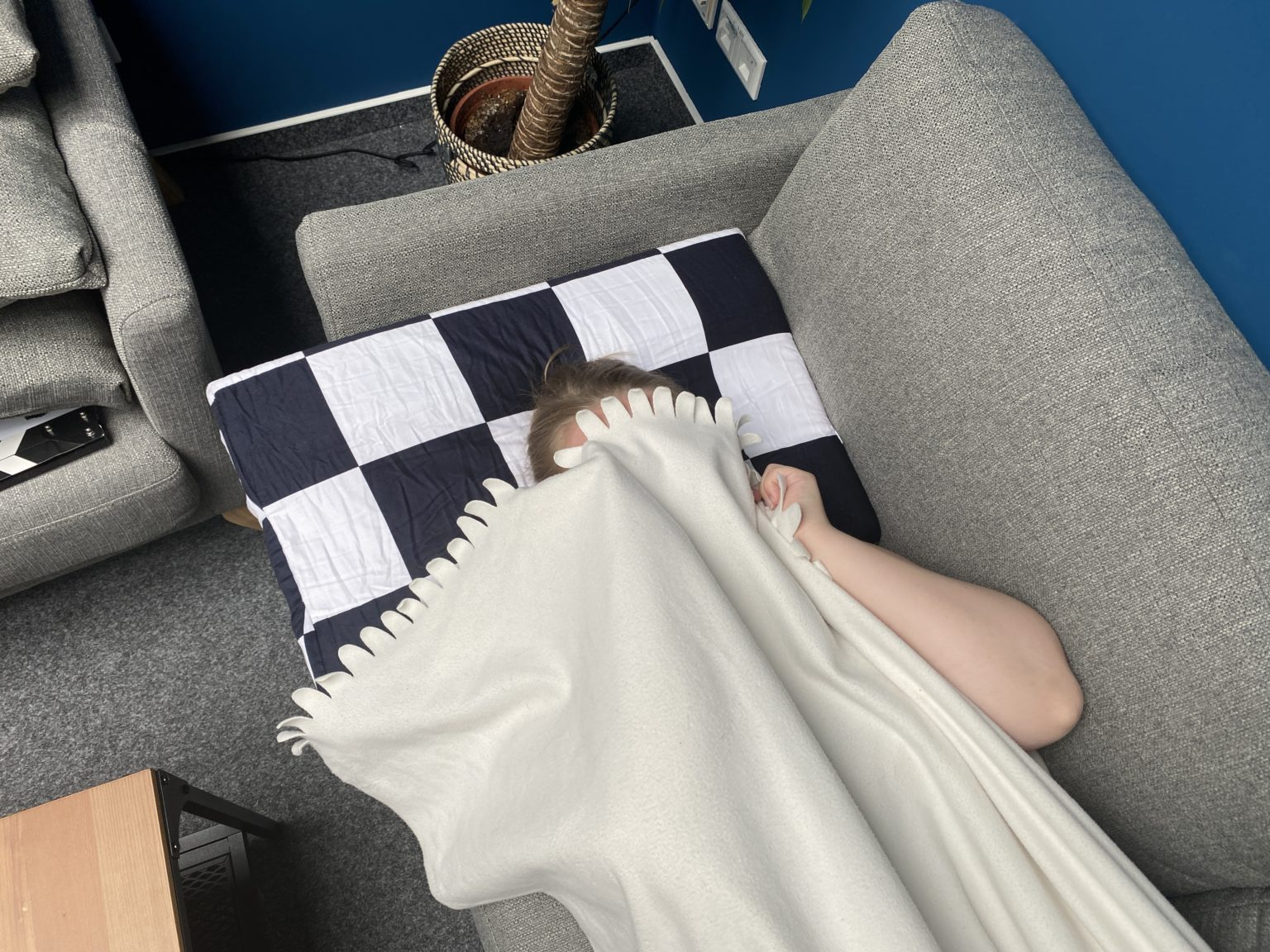 Durmiendo sobre la almohada viscoelastica modular de U2 con una manta