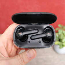 Auriculares Bluetooth in-ear Anker Soundcore Life P2 en la funda de carga