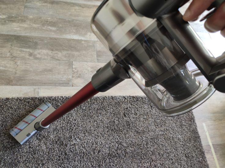 Aspiradora inalámbrica Dreame V11 aspirando la alfombra
