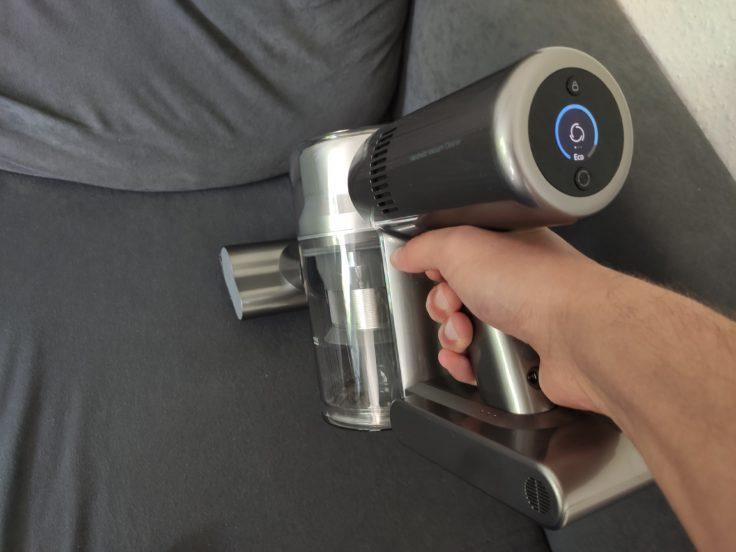 Aspirando el sofá con el accesorio antiácaros de la aspiradora inalámbrica Dreame V11 como aspiradora de mano