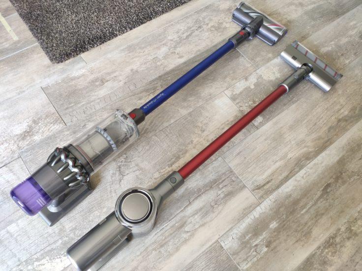 aspiradora inalámbrica Dreame V11 al lado de la Dyson V11 Absolute