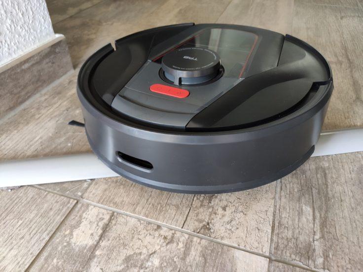 Robot aspirador Haier Tab Tabot subiendo el umbral de una puerta