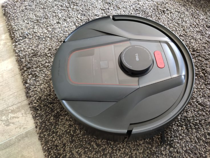 Robot aspirador Haier Tab Tabot sobre una alfombra gorda