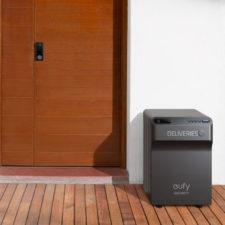 Buzón inteligente para paquetes eufy Smart Drop delante de una puerta