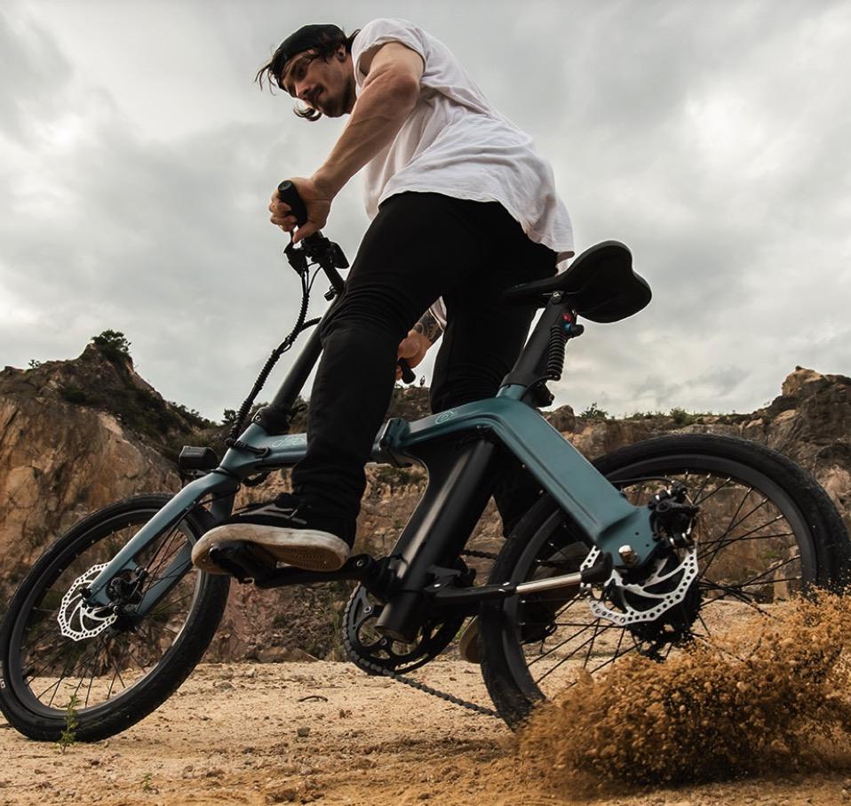 Hombre montando en la bicicleta eléctrica FIIDO D11