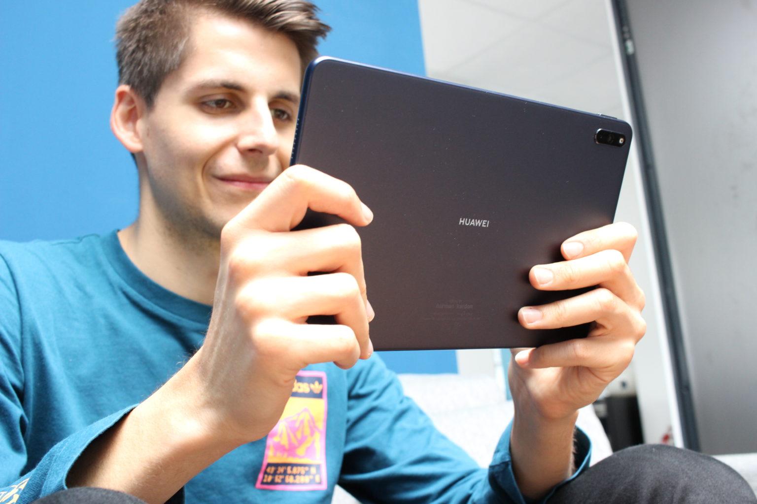Sujetando la Tablet Huawei Matepad en las manos