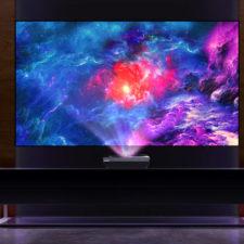 Proyector de corta distancia Bomaker Polaris 4K frente a la televisión