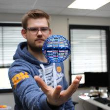 FlyNova Pro Ball levitando sobre la mano de Tim
