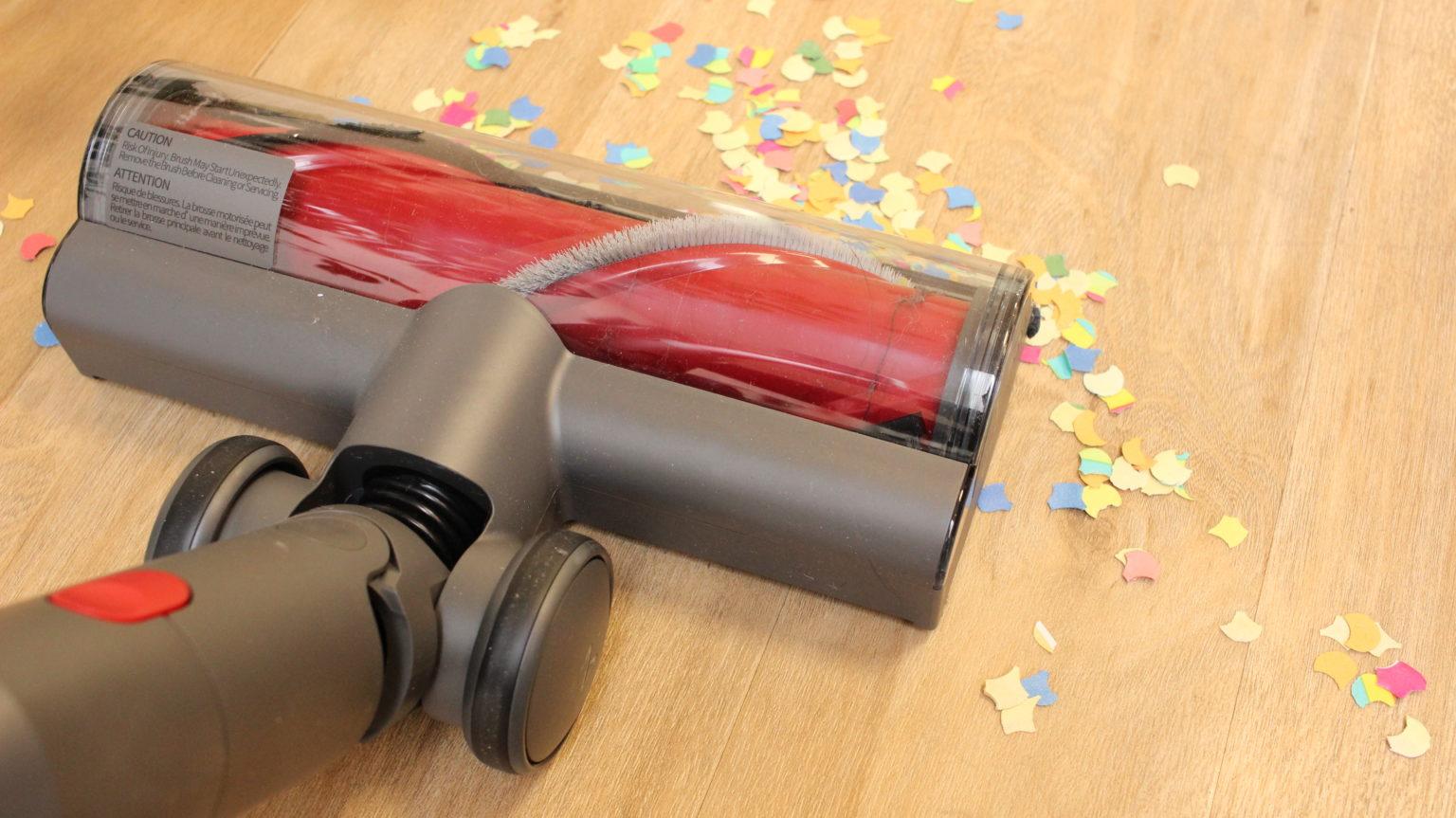 Aspirando confeti con la aspiradora inalámbrica Roborock H6