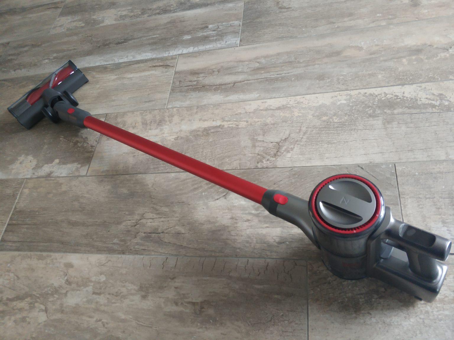 aspiradora inalámbrica Roborock H6 en el suelo
