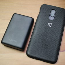 Bateria externa Omars mini Pro de 10.000 mAh al lado de un smartphone OnePlus