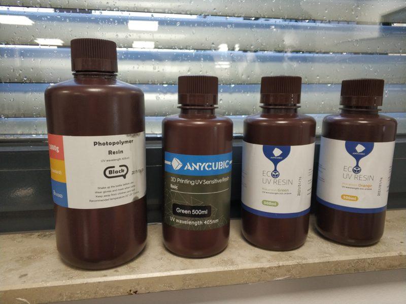 Diferentes botellas de resina de distintos fabricantes