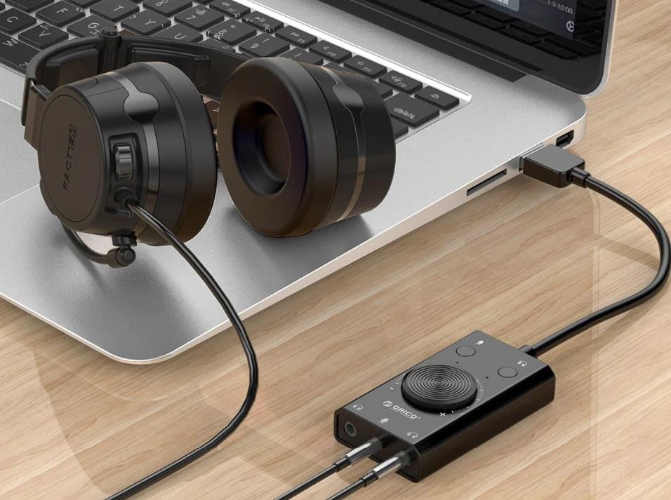 tarjeta de sonido externa Orico SC2-BK conectada al ordenador y auriculares