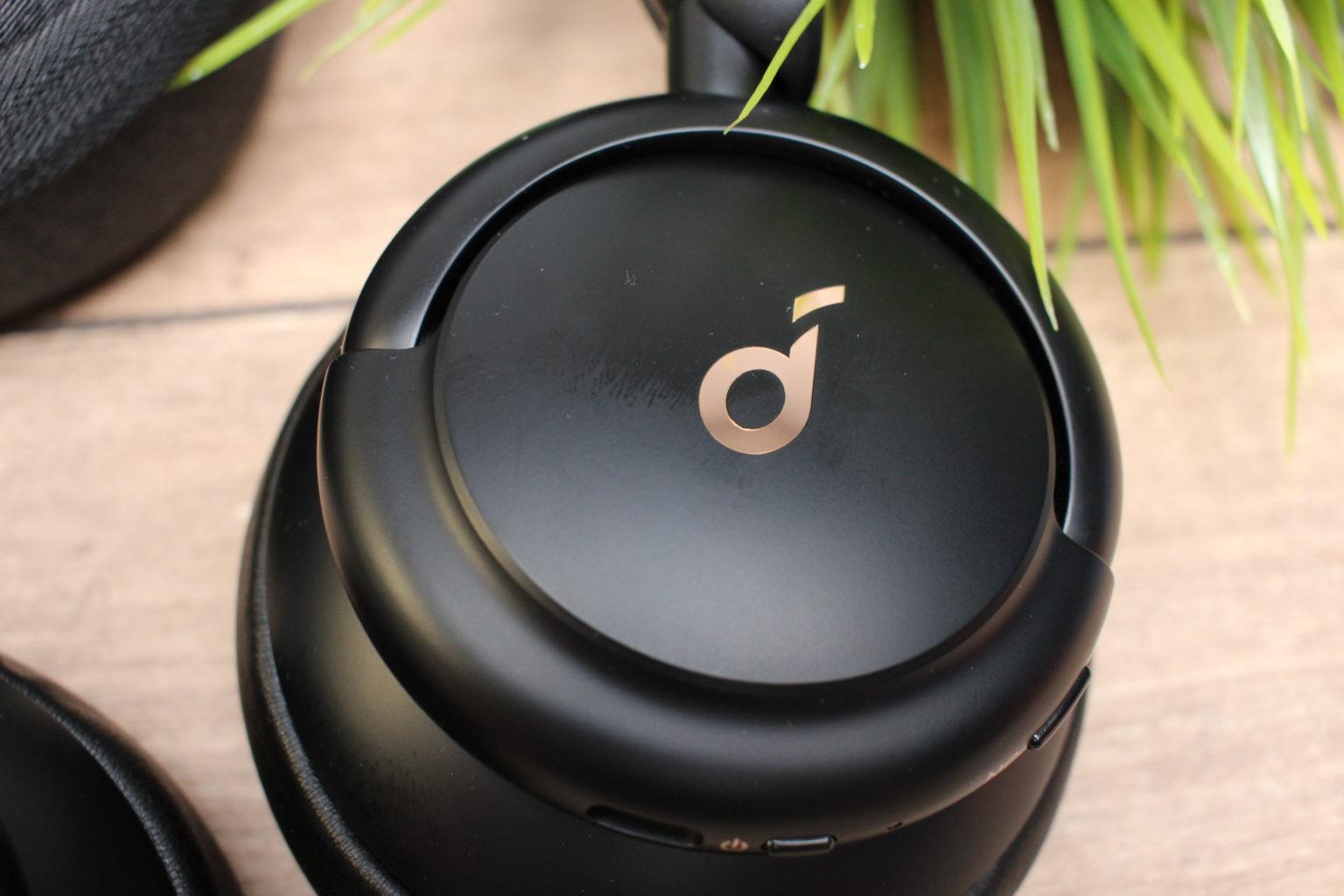 Logo Soundcore en el dorso de los auriculares bluetooth over-ear Soundcore Life Q30