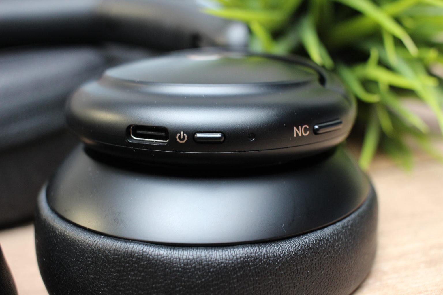 Botones y puerto USB-C en el auricular derecho de los Soundcore Life Q30
