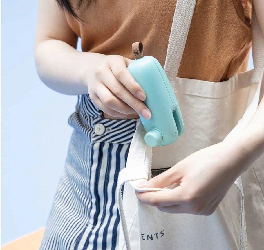 mini selladora de bolsas y envases de 90Fun en el bolso
