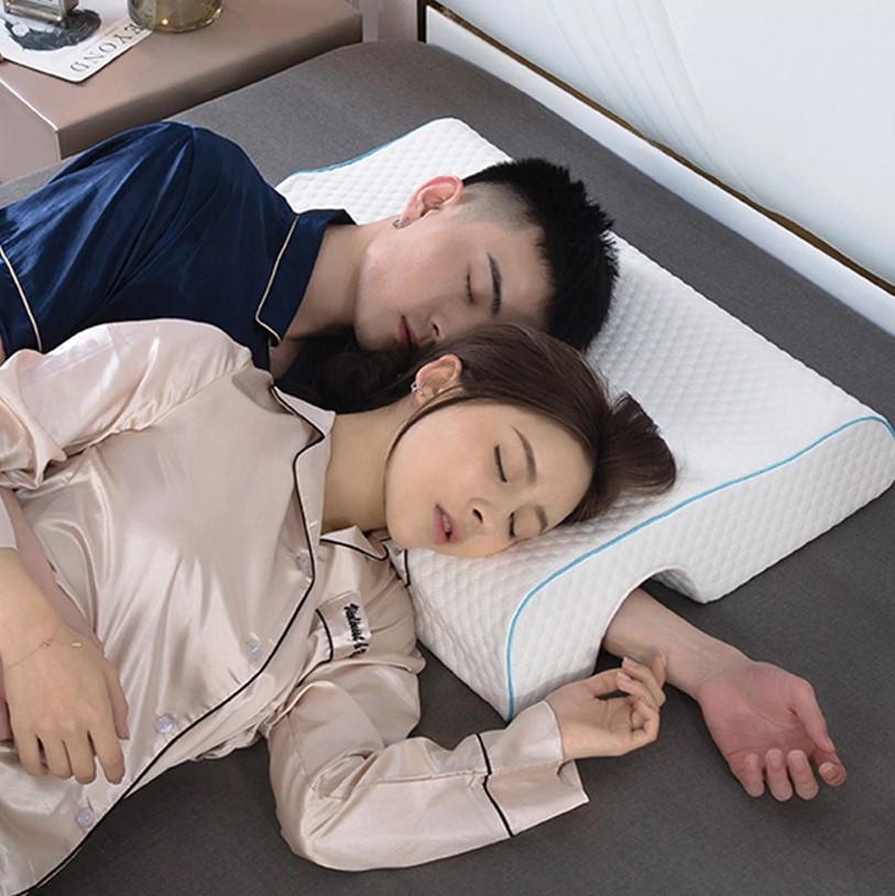 Pareja durmiendo sobre la almohada en forma de túnel en L para el brazo