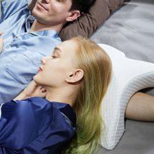 Pareja durmiendo con la almohada en forma de túnel para el brazo