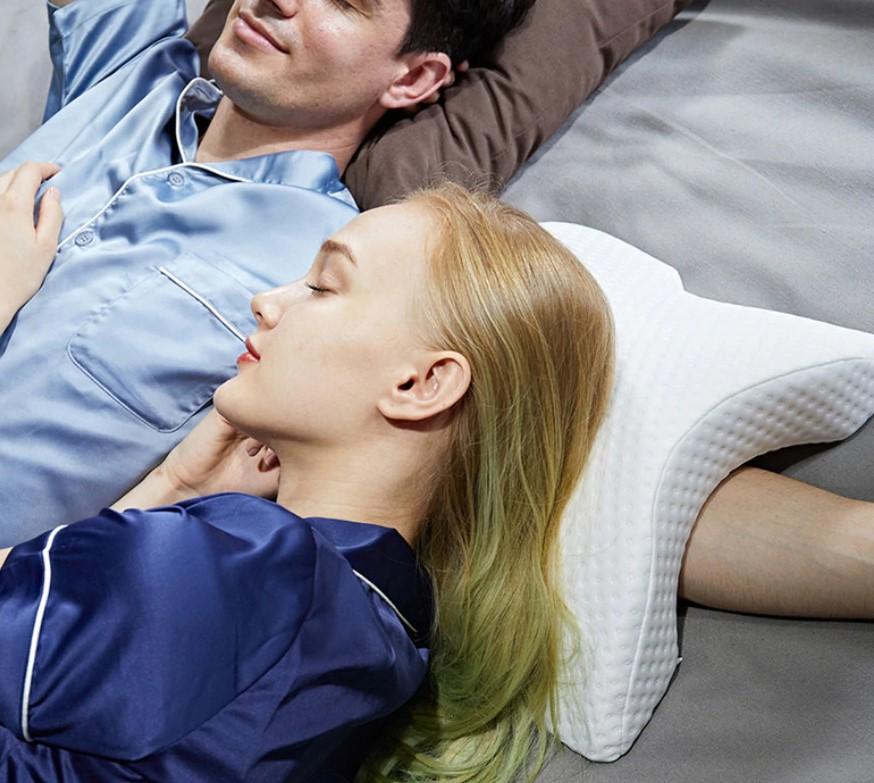 Pareja durmiendo con la almohada en forma de túnel en U para el brazo