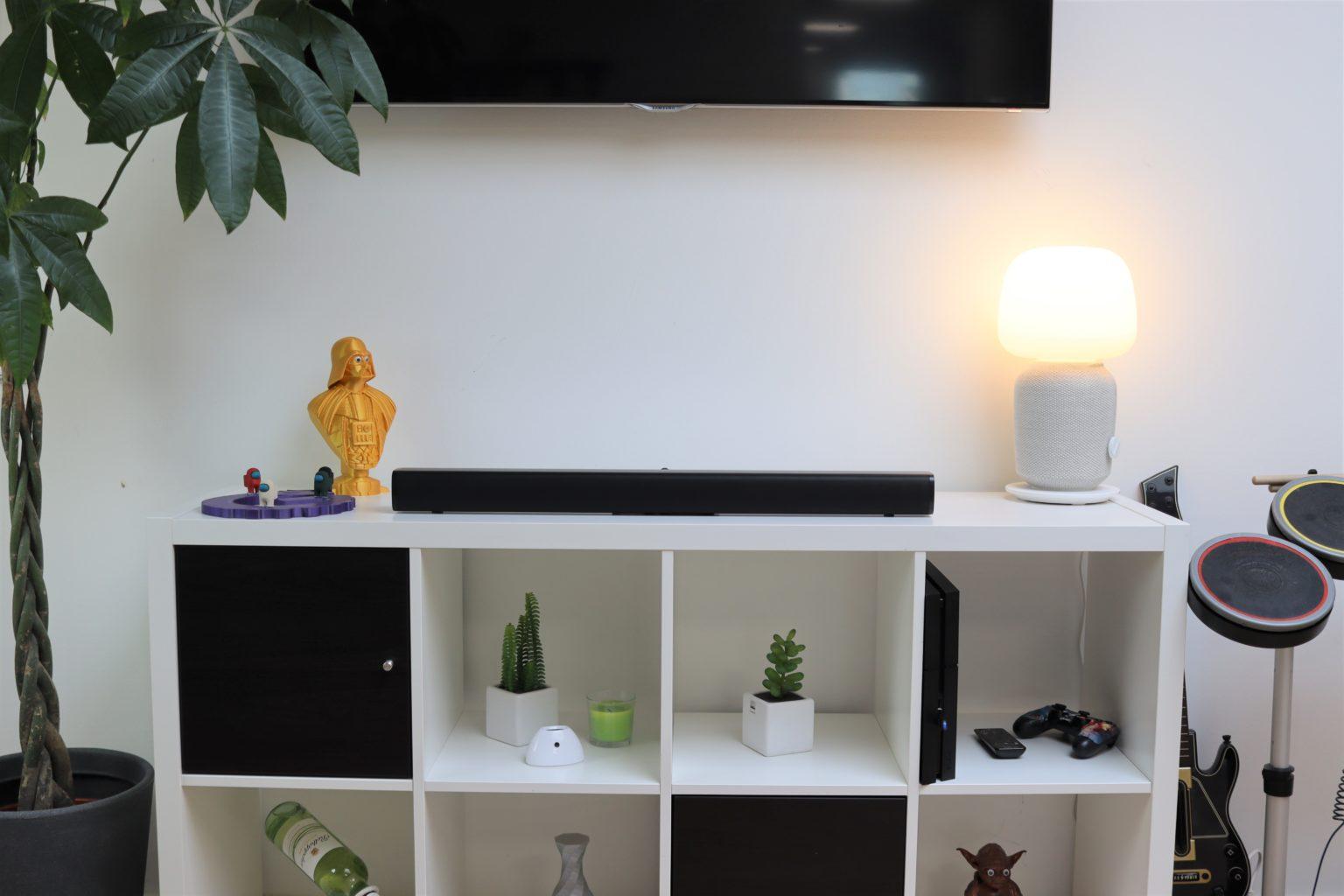 Barra de sonido para la televisión Redmi TV Soundbar sobre la estantería