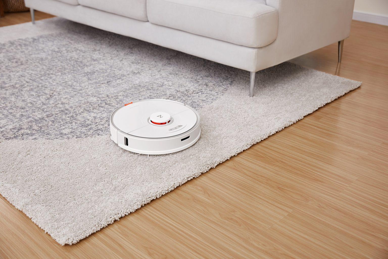 robot aspirador Roborock S7 sobre la alfombra