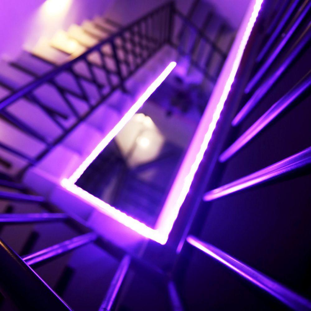 Tira LED inteligente Yeelight LED Strip 1S en morado en la escalera